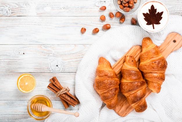 Vista superior del desayuno de croissants