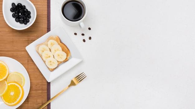 Vista superior del desayuno con espacio de copia