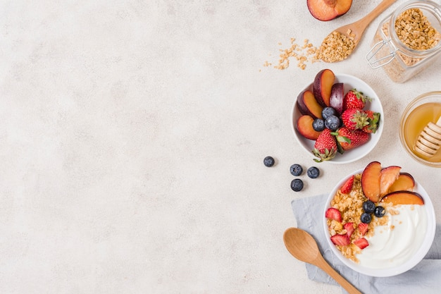 Vista superior desayuno con frutas y yogurt en la mesa