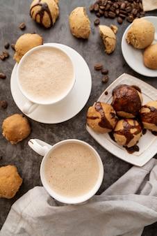Vista superior del desayuno con galletas y café.