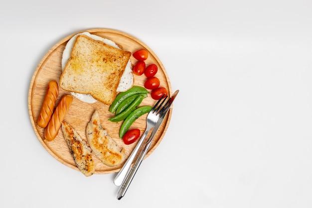 Vista superior del desayuno hecho casero limpio aislado en el fondo blanco.
