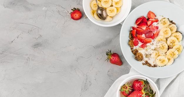 Vista superior desayuno saludable y frutas con espacio de copia