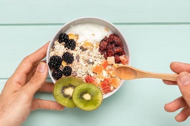 Vista superior desayuno saludable con muesli