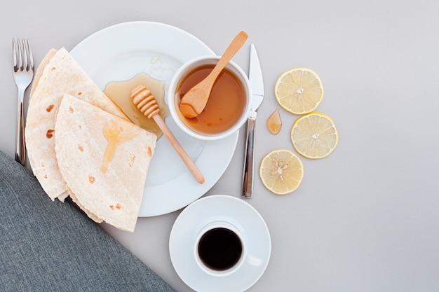 Vista superior desayuno con tortillas y café.