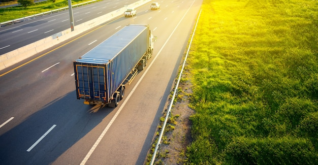 Vista superior del desenfoque de movimiento del camión blanco en la carretera con contenedor