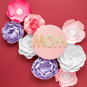 Vista superior del día de la madre con flores de papel.