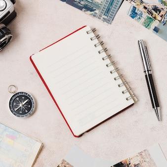 Vista superior diario de viaje y accesorios.