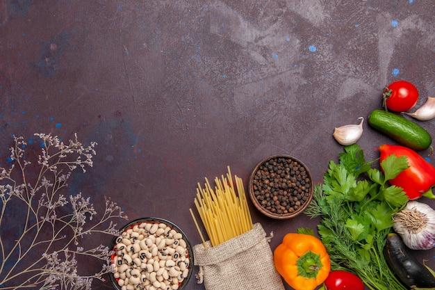 Vista superior de diferentes condimentos con verduras frescas en el fondo oscuro ensalada producto vegetal comida comida