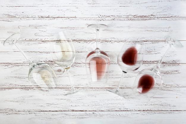 Vista superior diferentes copas de vino