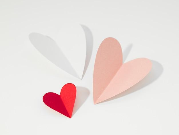 Vista superior de diferentes corazones en la mesa