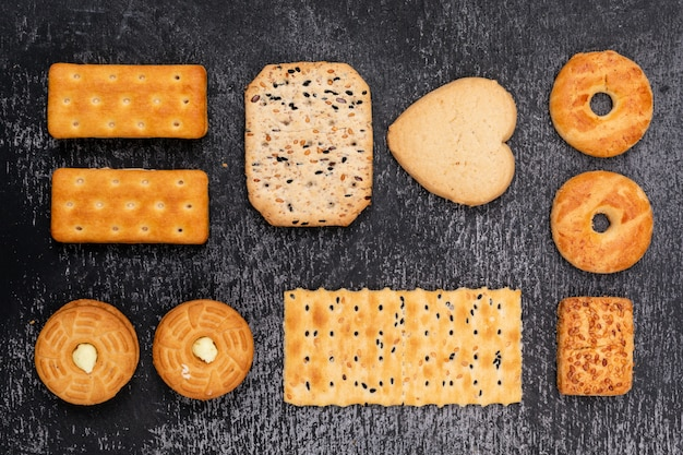 Vista superior de diferentes formas de galletas
