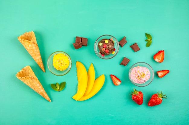 Vista superior de diferentes helados con los ingredientes.