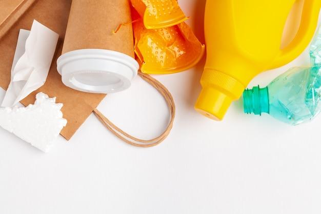 Vista superior de diferentes materiales de basura con reciclaje