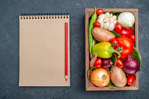 Vista superior de diferentes verduras frescas en la mesa oscura ensalada fresca de verduras maduras