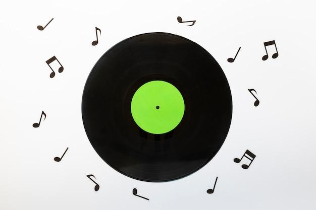 Vista superior del disco de vinilo con notas musicales.