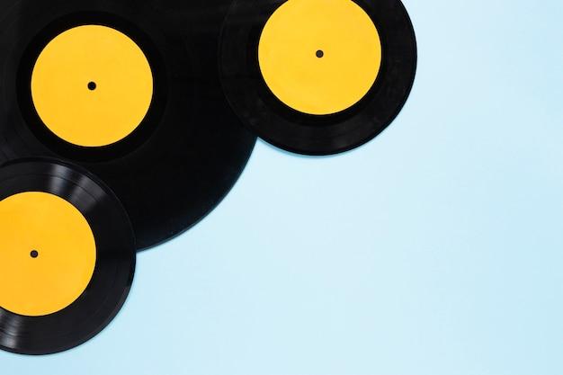 Vista superior de discos de vinilo con fondo azul.