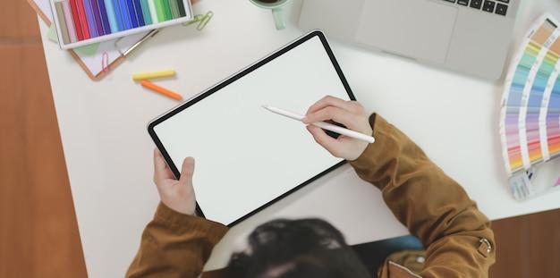 Vista superior del diseñador gráfico femenino dibujar en tableta