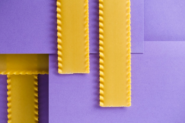 Vista superior de diseño dominó con pasta lasaña.
