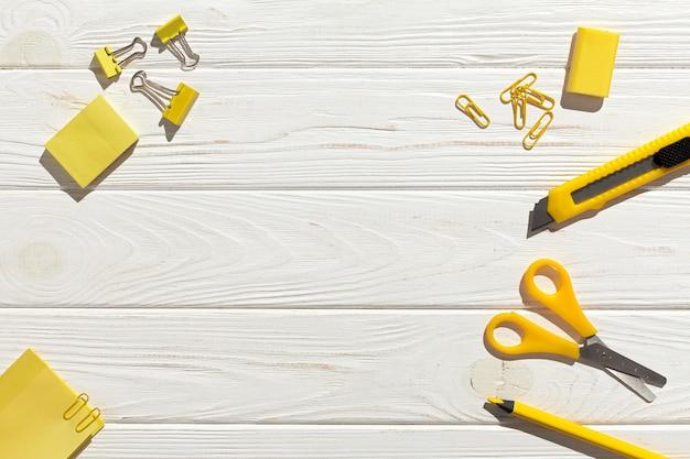 Vista superior disposición de artículos amarillos
