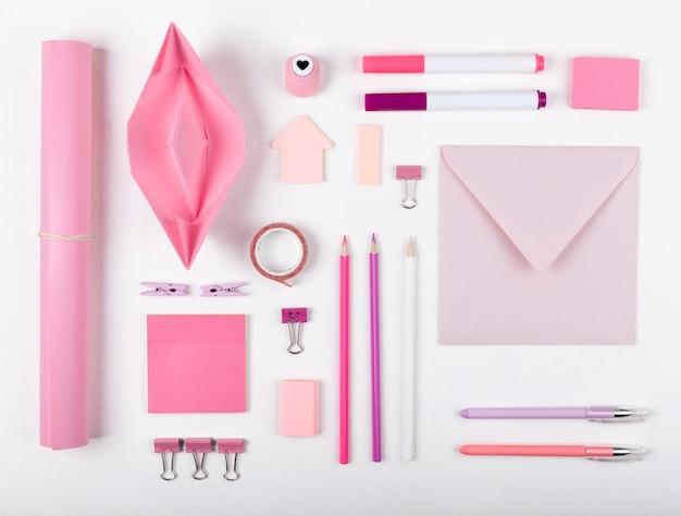 Vista superior disposición de artículos de color rosa