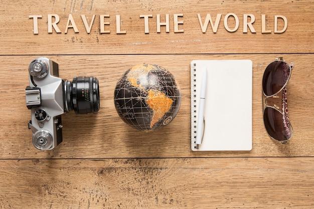 Vista superior de la disposición de los artículos de viaje