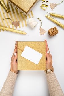 Vista superior disposición de cajas de regalo con etiqueta