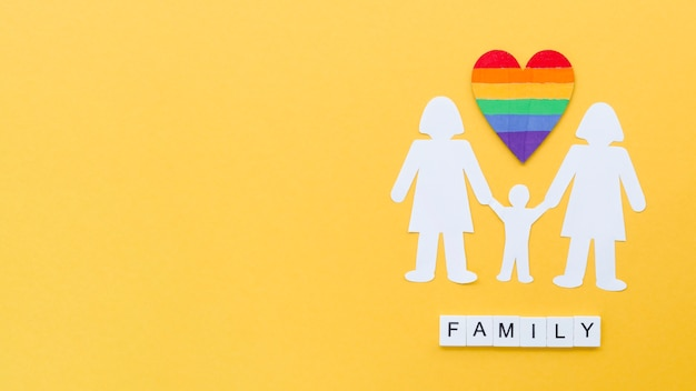 Vista superior disposición de concepto de familia lgbt sobre fondo amarillo con espacio de copia