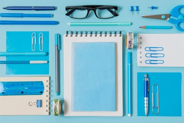 Vista superior de la disposición de cuadernos y bolígrafos