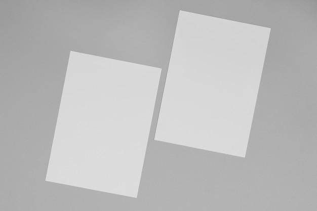 Vista superior de la disposición de las hojas de papel blanco