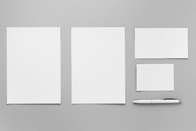 Vista superior de la disposición de las hojas de papel y lápiz