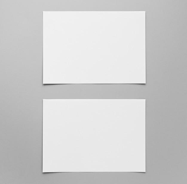 Vista superior de la disposición de las hojas de papel vacías