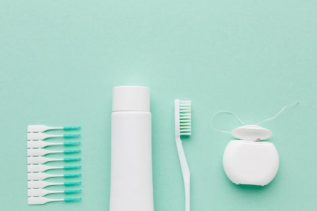 Vista superior de la disposición del kit de cuidado dental