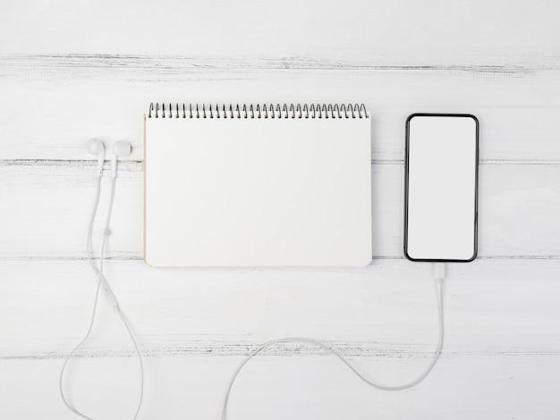 Vista superior disposición de papelería con maqueta de teléfono