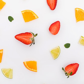 Vista superior disposición de trozos de fruta