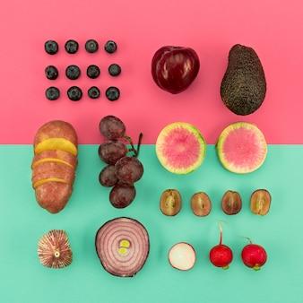Vista superior disposición de verduras rojas y frutas