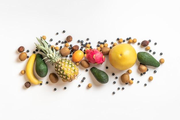 Una vista superior de las diversas frutas tropicales en el fondo de color aislado, banner, comida de verano saludable
