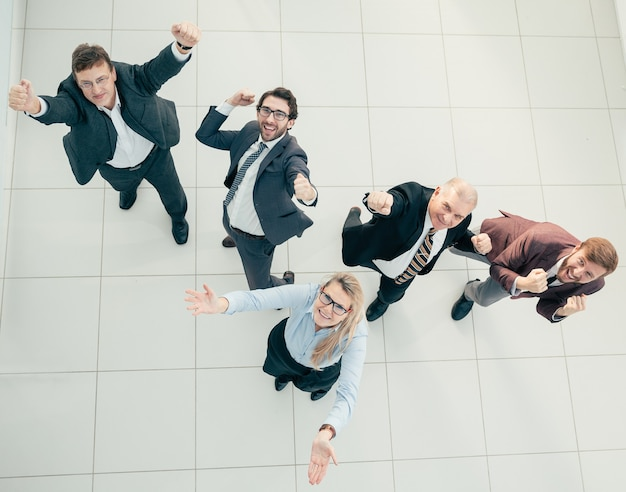 Vista superior. divertido equipo de negocios mirando a la cámara