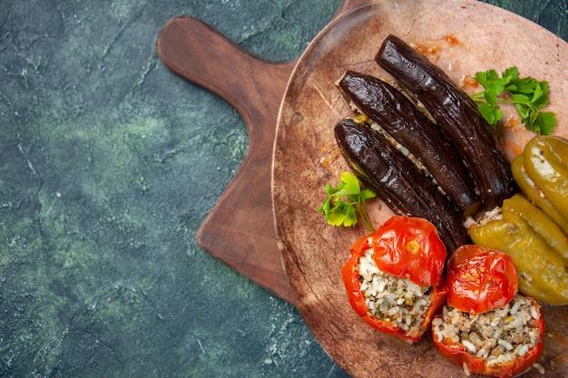 Vista superior dolma vegetal sabroso dentro de la placa, plato de comida de color cena cocinero
