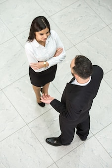 Vista superior de dos empresarios en el trabajo.