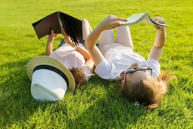 Vista superior, dos jóvenes alumnas leyendo libros
