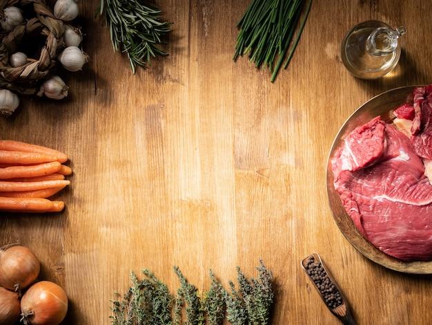 Vista superior de dos jugosos trozos de carne roja junto a zanahorias. copie el espacio disponible.