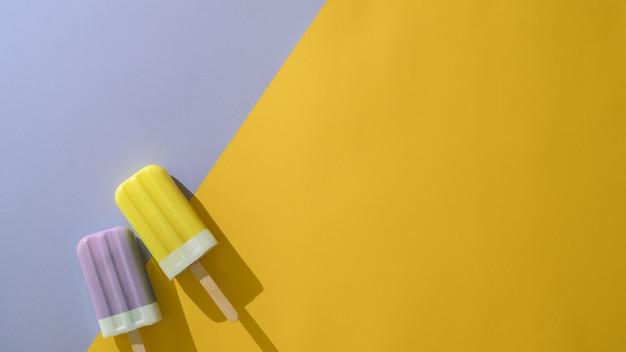 Vista superior de dos paletas de colores, concepto creativo mínimo de verano