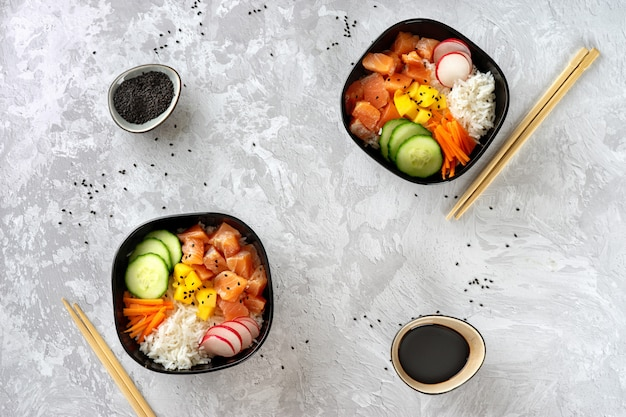 Vista superior de dos poke bowls con salmón