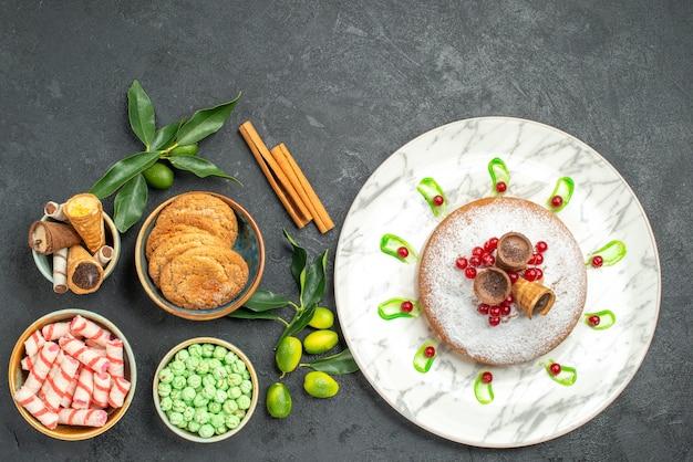 Vista superior dulces dulces canela cítricos waffles galletas pastel con bayas