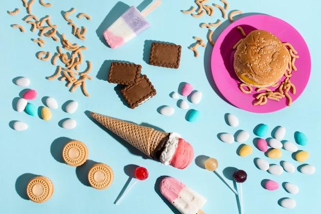 Vista superior de dulces y hamburguesas