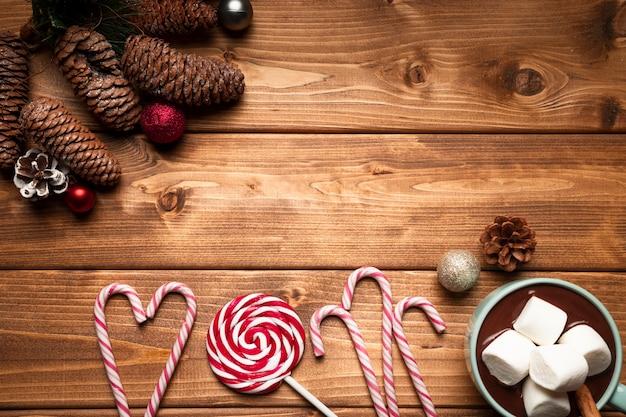 Vista superior de dulces de navidad con fondo de madera