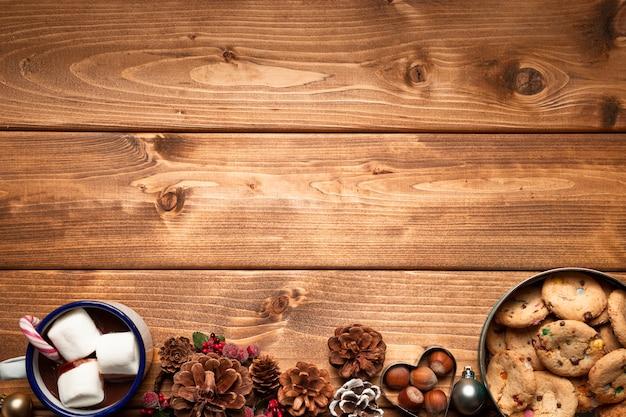 Vista superior de dulces navideños con espacio de copia