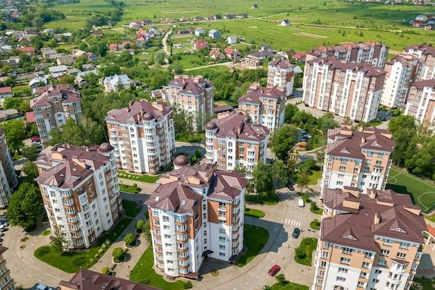 Vista superior de edificios altos de apartamentos u oficinas