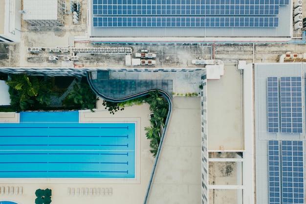 Vista superior de edificios y piscina.