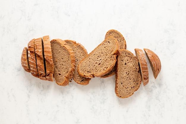 Vista superior elegante arreglo de rebanadas de pan